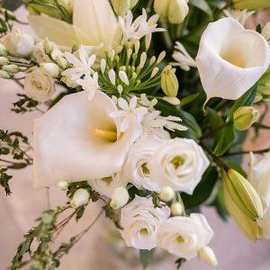 Bouquet élégant blanc BOUQUET HARMONIEUX DE FLEURS BLANCHES ET VERTES DE SAISON. A OFFRIR POUR TOUTES LES GRANDES OCCASIONS ET CEREMONIES. MODELE PRESENTE MAJESTUEUX COMPOSE D'ARUMS