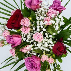 Explosion de roses Bouquet rond composé de différentes tailles de boutons roses dans les tons rouges-rosés Le mignon Par Type - Bouquets ronds