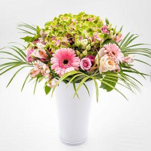 Frisson rosé Un joli bouquet de fleurs de saison composé d'hortensias