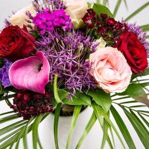 Romantica BOUQUET AUX TONS ROSE SOUTENU ALLIANT CHARME ET CARACTERE COMPOSE DE FLEURS DE SAISONS . MODELE PRESENTE GENEREUX COMPOSE D'ALLIUMS