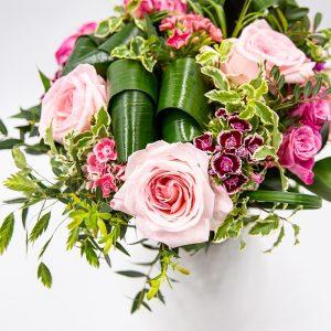 Roses en camaïeu Bouquet rond composé de roses et de fleurs de saison dans les tons rosés Le mignon Par Type > Bouquets ronds