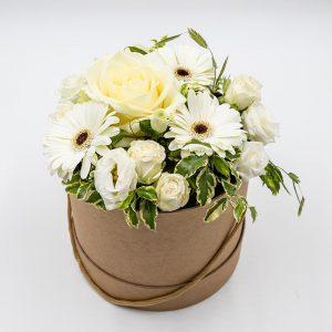 Subtile innocence Composition florale alliant des fleurs blanches de saison telles les roses et les gerberas