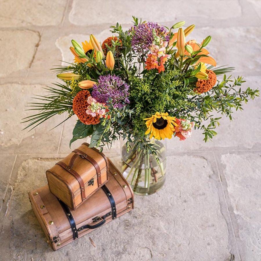 Bouquet champêtre BOUQUET AUX HARMONIES CHAUDES ET DELICATES DE FLEURS DE SAISON. MODELE PRESENTE MAJESTUEUX COMPOSE DE TOURNESOLS