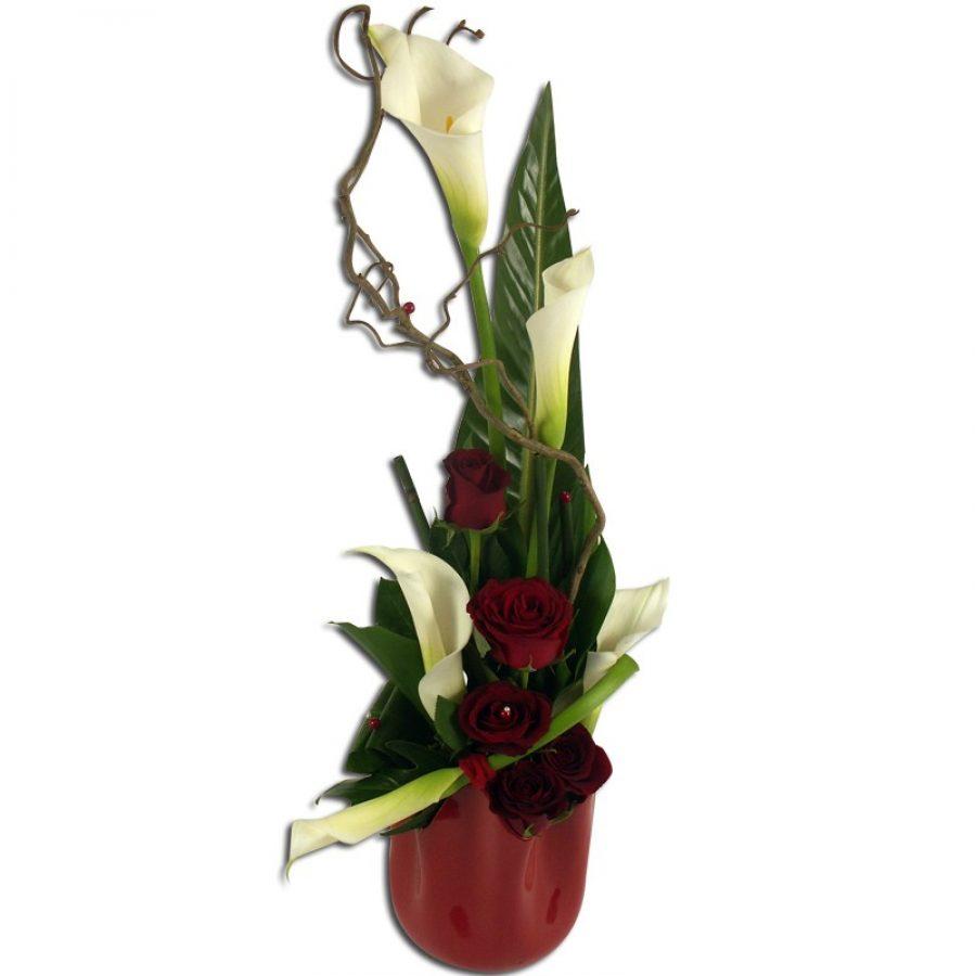 Cascade Rose Arum Composition élégante d'arums et de roses rouges. Une cascade de fleurs chic et raffinée ! Par Occasion Anniversaire