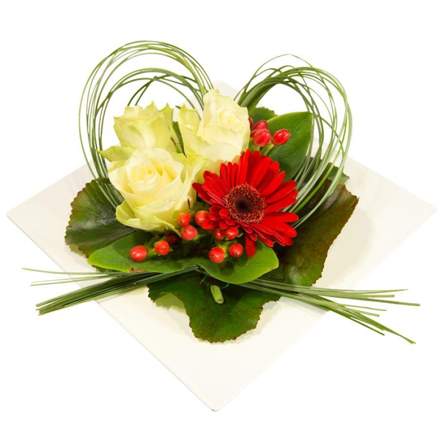 Divine idylle Composition florale de roses blanches et de germinis dans un contenant carré Par Occasion Amour