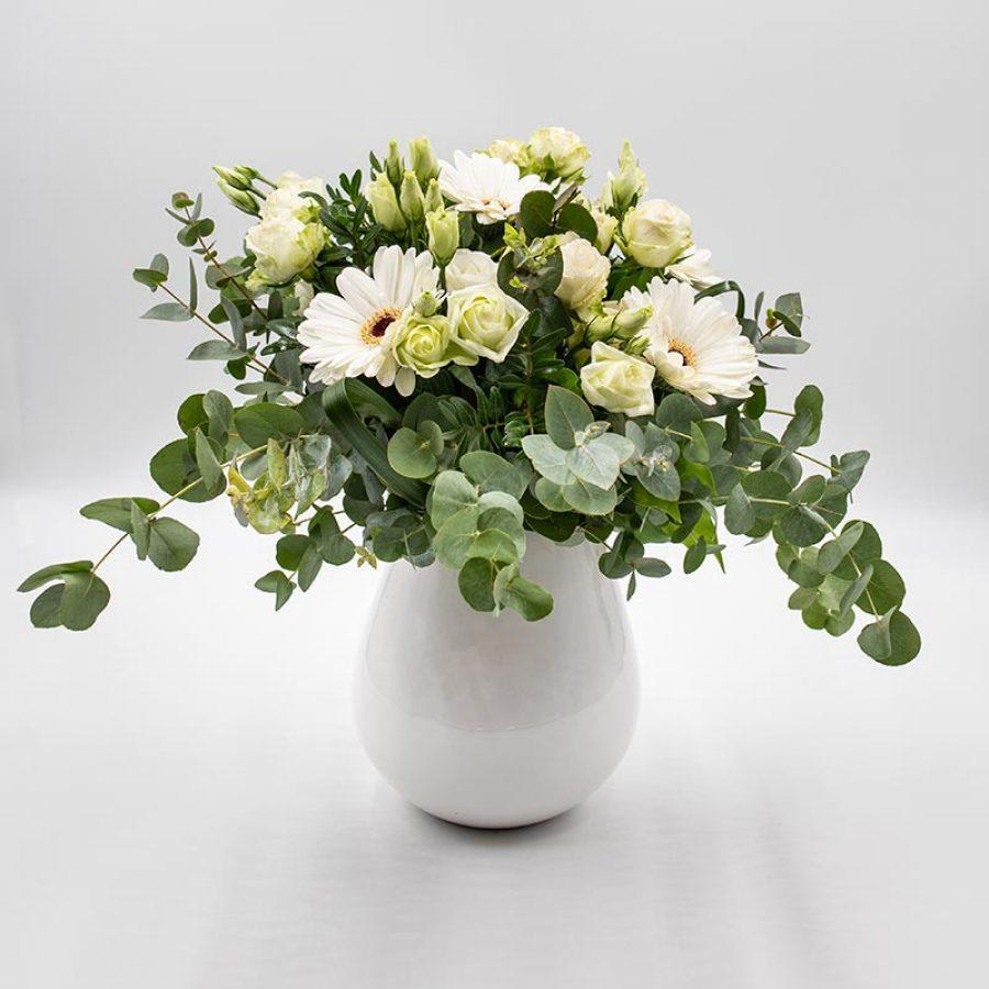 Escapade lumineuse Bouquet composé de fleurs blanches de saison telles les roses et gerberas