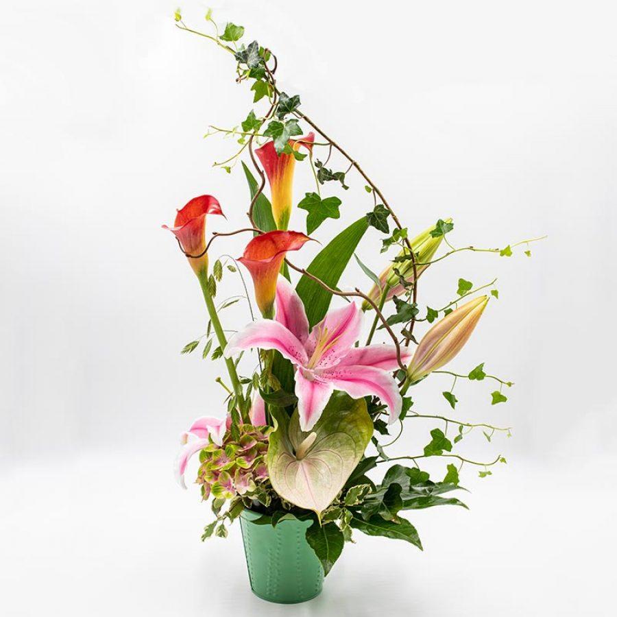 Onde tropicale Composition florale en hauteur mêlant lys roses